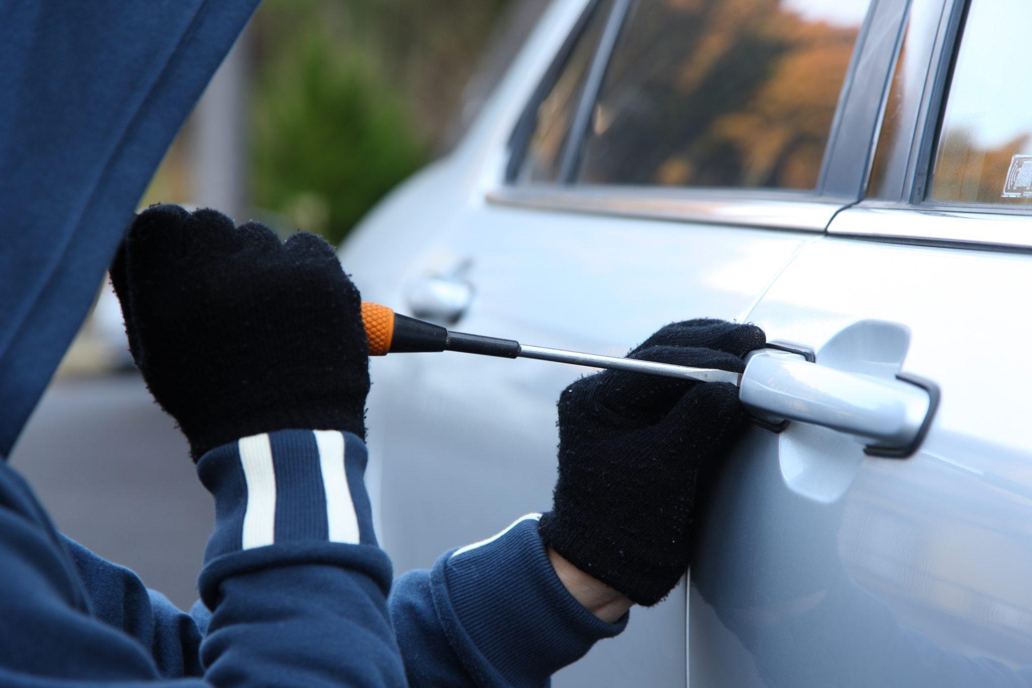 POLICE ARRESTS MEN AFTER STOLEN CAR INTERCEPTED ZipFM - Stolen car